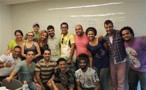 Representantes dos Grupos selecionados com o autor Jô Bilac