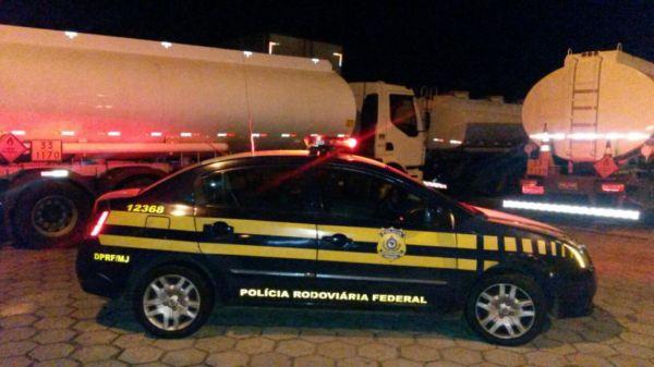 A carga avaliada em R$ 148 mil estava sendo transportada irregularmente em quatro caminhões