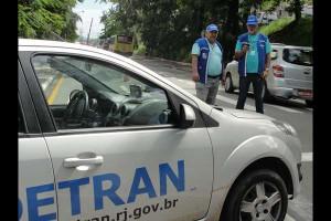 Vistoria: Operação realizada no bairro Laranjal, em Volta Redonda, apreendeu cerca de 40 veículos (Foto: Giovanni Nogueira)