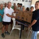 Doação: Gotardo entrega uma TV de Led para o Festival de Prêmios do Lar dos Velhinhos (Foto: Pamella Avelar)