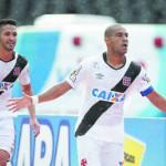 Rodrigo (à frente) e Luan marcaram os gols da vitória e fizeram o Vasco chegar à liderança