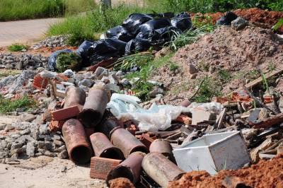 Sujeira: Lixo e entulho estão aglomerados em terrenos particulares do bairro Mirante do Vale, em Volta Redonda (Foto: Paulo Dimas)