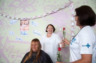 Cantinho da beleza: Funcionárias e voluntárias participaram das atividades, que contaram com penteado e corte de cabelo (Foto: Divulgação)