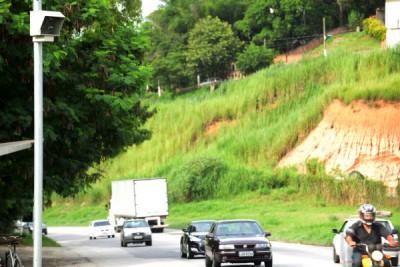 Sem solução e manutenção: Radares estão instalados mas condições ainda são ruins na Rodovia Lúcio Meira  (Foto: Felipe Vieira)