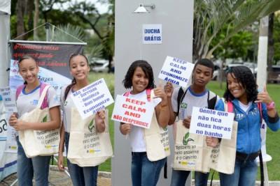 Interação: Pedestres puderam tirar foto com cartazes sobre o consumo consciente e concorrerão a prêmios (Foto: Felipe Vieira)