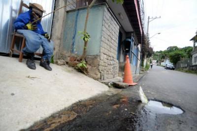 Vazamento dia e noite: Morador usa ironia como arma contra o desperdício de água potável no Centro de Pinheiral (Foto: Felipe Vieira)