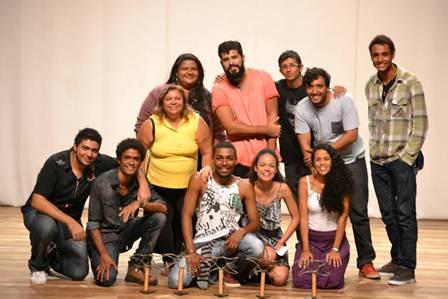 Angrenses: Atores do Espetáculo 'R.I.P' com os troféus do I Festival de Teatro Carpe Diem, Salto-SP