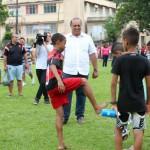Em campo: Pezão durante a inauguração da Escolinha de Futebol do Léo Moura (Foto: Shana Reis)