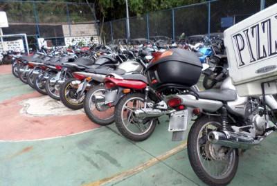 Apreendidas: Motos recolhidas na operação foram encaminhados ao Depósito Público Municipal (foto: Divulgação GMVR)