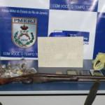 Na 93ª DP: Espingarda, munições de calibre 12 e drogas foram encontradas em casa no Vila Brasília (Foto: Cedida pela PM)