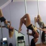 Pole dance: Prática não é só sensual, mulheres podem perder até 500 calorias durante as aulas  (Foto: Divulgação)