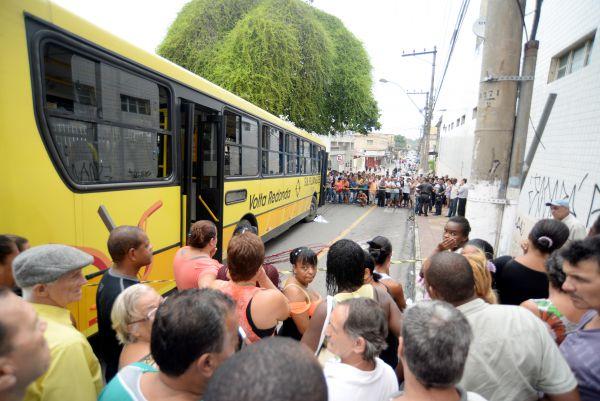Pessoas se aglomeram para ver o acidente (Foto: Felipe Vieira)