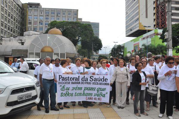 Para alertar: Membros da Pastoral da Saúde caminharam pelas ruas de Volta Redonda para chamar a atenção para os problemas da saúde (Foto: Rafaella Pinheiro)