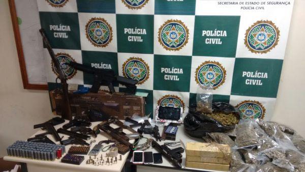 Cerca de 20 armas e grande quantidade de drogas foram aprendidas (Foto cedida pela 89ª DP (Resende))