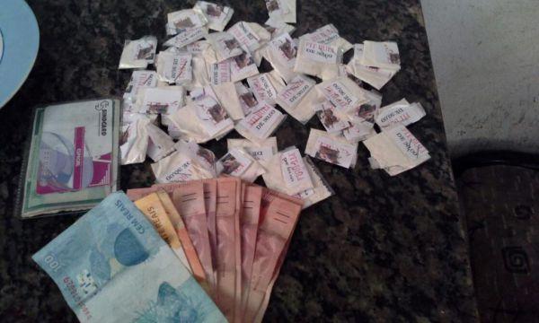 Drogas e dinheiro estavam na casa da mulher suspeita de tráfico (Foto: Cedida pela PM)