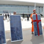 Ação: Participantes do ato se posicionaram em frente à rampa do Palácio do Planalto segurando placas de energia solar (Foto: ABr)