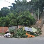 Sujeira: Resto de móveis, capina e sacolas de lixo chegam a invadir a Rua Rui Barbosa (Foto: Rafaela Pinheiro)