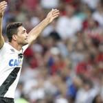 Artilheiro: Gilberto levanta a arquibancada logo após marcar o gol da vitória no Maracanã