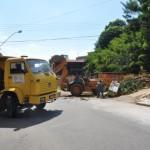 Efeito: DIÁRIO DO VALE mostrou problema da Rua Rui Barbosa e funcionários da prefeitura fizeram a limpeza na manhã de hoje (Foto: Rafaela Pinheiro)