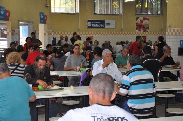Cheios: Apesar do reajuste, aumento não afetou o movimento no Restaurante Popular em Barra Mansa(Foto: Thaís Fraga)