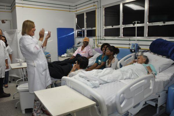 Solidariedade: Voluntários visitam leitos para levar apoio emocional às pacientes  (Foto: Thaís Fraga )