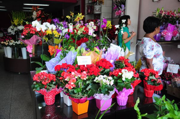 Presentes: Lojas de flores de Barra Mansa ficaram cheias na véspera no Dia das Mães (Foto: Paulo Dimas )