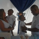 Família completa: Os irmãos Arthur e Otavio recebem o carinho dos pais Marcília e Marcus (Foto: Arquivo pessoal)