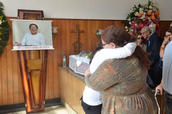Adeus: Amigos e parentes prestaram suas últimas homenagens ao apresentador José Carlos de Souza, o Zé Zuca, Idealizador do programa Rádio Maluca (Foto: ABr)