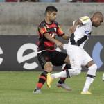 Disputa: Jogo foi muito ruim e só se salvou pelo belo gol marcado por Riascos (Foto: Gilvan de Souza)