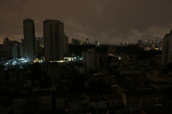 Apagando: Centros urbanos sofrem com apagões em determinados período do ano (foto: Arquivo)