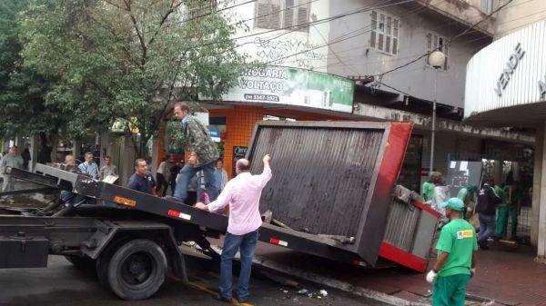 Solução: Guincho da Guarda Municipal foi utilizado para retirar a estrutura da antiga banca de jornal (Foto: Divulgação GMVR)