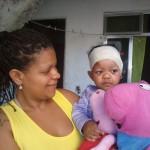 Nos braços da mãe: Após quase 20 dias internada, Annelise voltou para casa (Foto: Arquivo pessoal)
