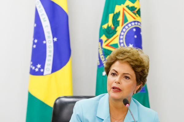 Economia: Dilma tenta minimizar o problema dizendo que os reajustes nas contas de luz e água são passageiros  (Foto: Arquivo)