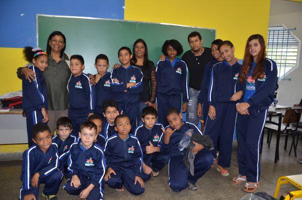 De roupa nova: Crianças e adolescentes participantes de programas sociais receberam das mãos da prefeita Cida o novo material (Foto: Divulgação PMPR)