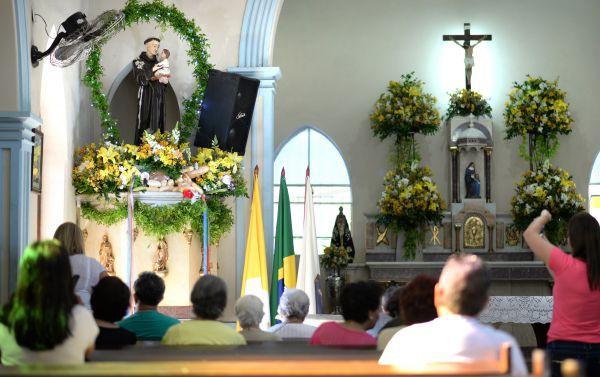 Santo Antônio: Fiéis prestam sua homenagem ao santo casamenteiro