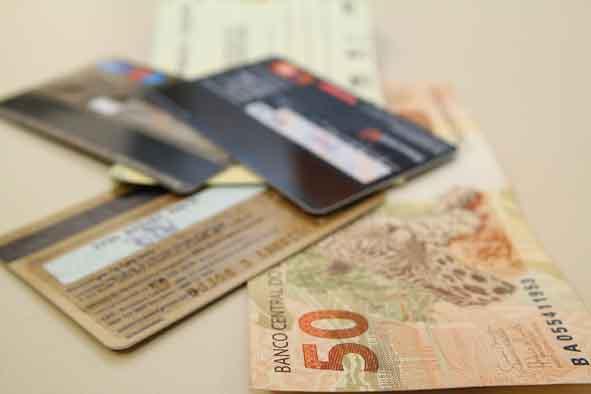 Crescente: Juros do cartão de crédito passaram de 295,48% ao ano em abril para 304,03% em maio (Foto: Arquivo)