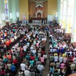 Pela fé: Igreja de Nossa Senhora da Conceição, no bairro Conforto, em Volta Redonda, ficou tomada de fiéis (Foto: Paulo Dimas)