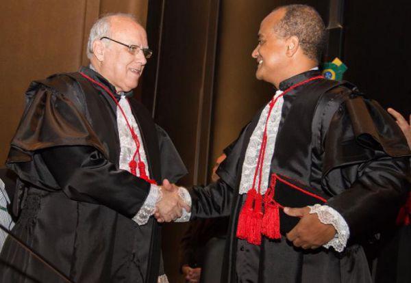 Posse: O presidente do TJRJ, Luiz Fernando Ribeiro de Carvalho, cumprimenta o colega que assumiu ontem o cargo