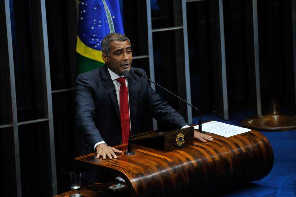 Lenha: Romário promete pegar pesado contra mandatários da CBF (Foto: Arquivo)
