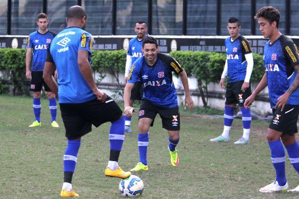 Sorrisos: Jogadores do Vasco treinam em ritmo descontraído antes do jogo contra o América