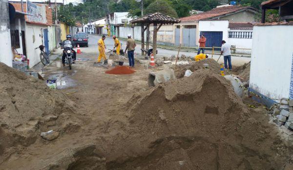 Prevenção: Manilhamento na Vila Histórica de Mambucaba ocorre para evitar alagamentos(Foto: Divulgação PMAR)