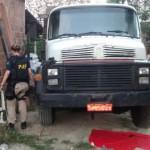 Caminhão estava no quintal de uma casa no bairro de Vila Coelho, em Queimados (Foto: Cedida pela PRF)