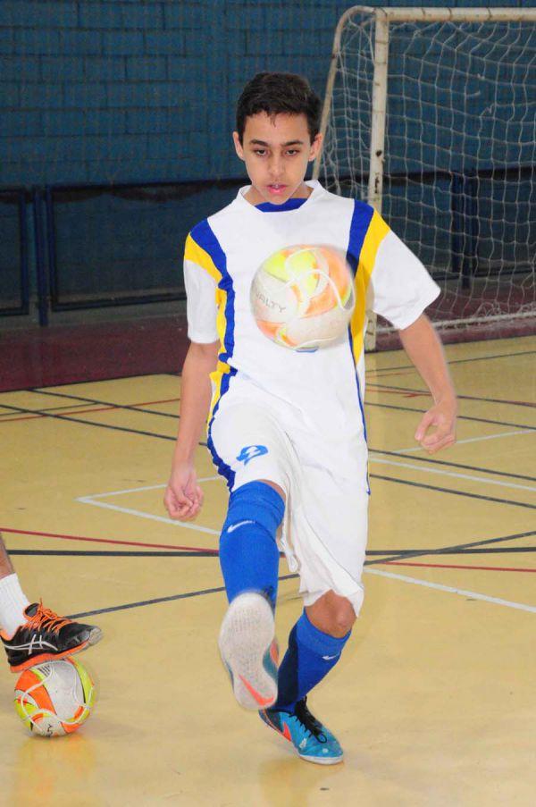 Bom de bola: João Vitor Stocco tem 13 anos e brilha tanto nas quadras como em campo  (Foto :Paulo Dimas)
