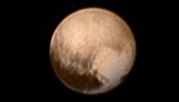 Misterioso: Plutão, com o coração brilhante no lado direito  (Foto: Divulgação)