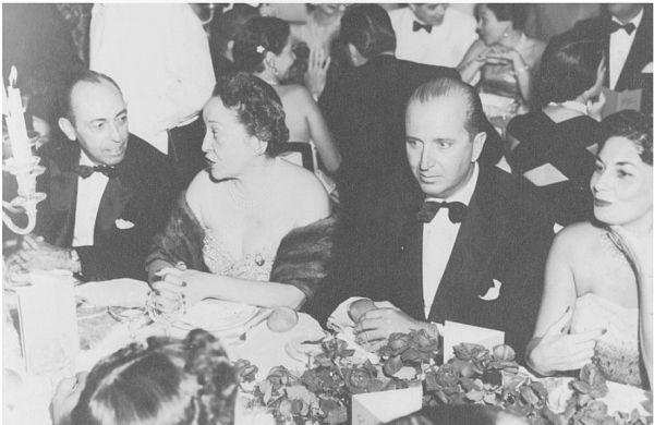 Em noite de gala, no Golden Room do Copacabana Palace, da esquerda para a direita: Paulo Barata Ribeiro, Darcy Vargas, mulher de Getúlio Vargas, Sávio Gama e Nininha Quartim