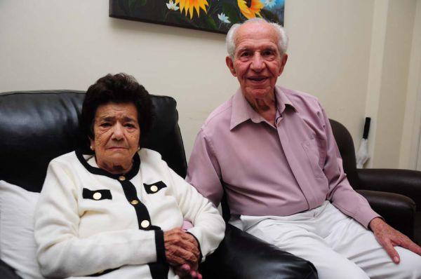 Lado a lado: Jorge Pantaleão supera todos os dias as consequências do Alzheimer da mulher, Maria Botelho  (Foto: Paulo Dimas)