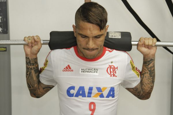 Nas redes: Guerrero se empenha nos treinos para voltar a marcar pelo Flamengo (Foto: Gilvan de Souza)