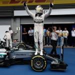 Carreira: Hamilton sobe no carro para comemorar mais uma vitória na atual temporada