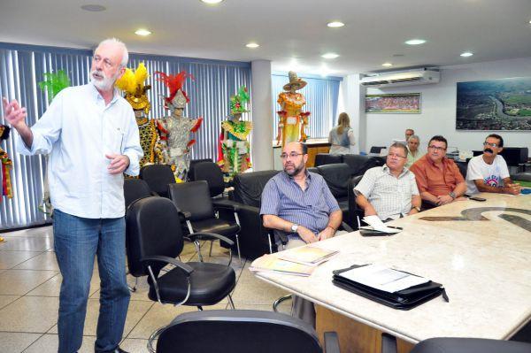 Explicação: Paiva mostra a sindicalistas as obras do Arco da Centralidade (Foto: ACS)