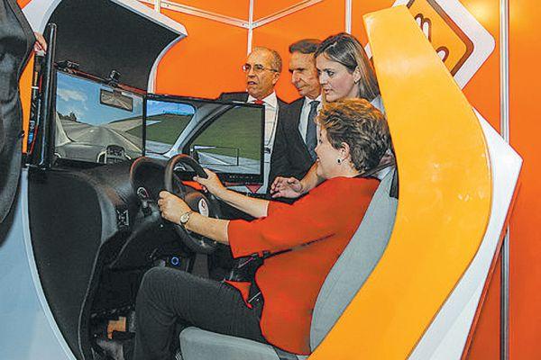 A presidente Dilma Rousseff se diverte em um dos simuladores de direção que serão obrigatórios para quem for tirar carteira de motorista